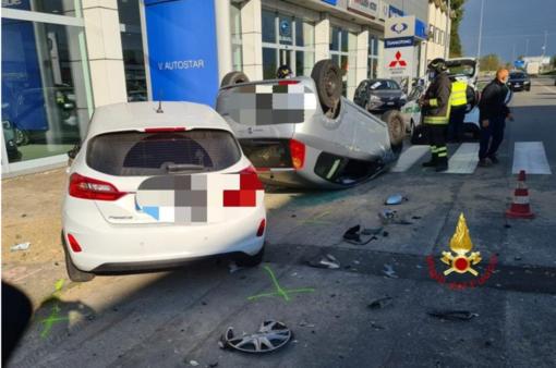 Vercelli: Incidente e auto ribaltata