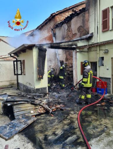 Incendio in un garage: Vigili del Fuoco in azione