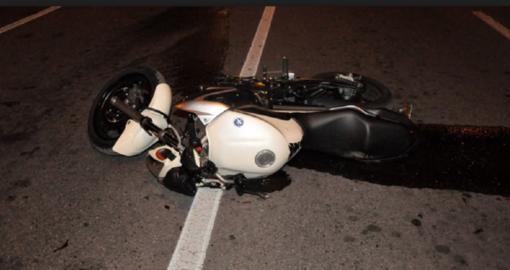 Con una Porsche tampona un motociclista che poi viene investito