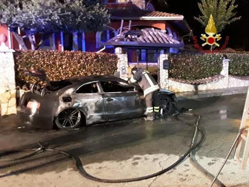 Auto in fiamme vicino alle case