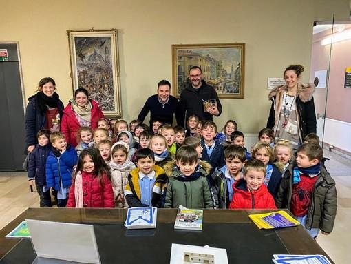 """Gattinara, i bimbi dell'Asilo Patriarca in Comune per la firma di """"carte d'identità"""" speciali"""