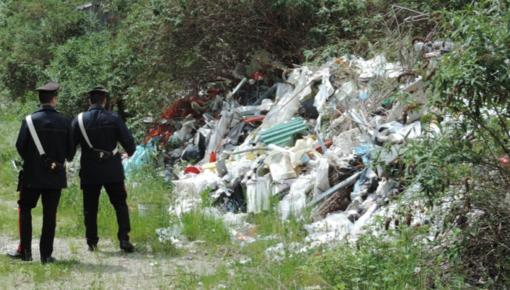 Capannone trasformato in discarica: maxi multa e denuncia