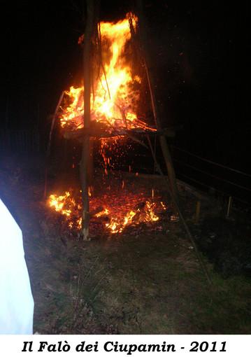"""Valsesia magica e misteriosa: La festa del fuoco sul """"Sas dan ciupamin"""" di Ara di Grignasco"""
