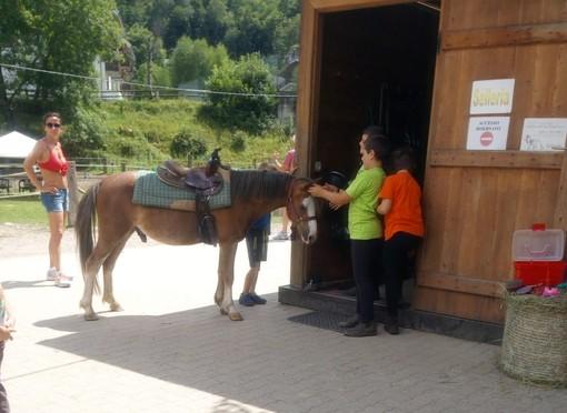 Scopello: Tanti bambini per il battesimo del cavallo al centro ippico