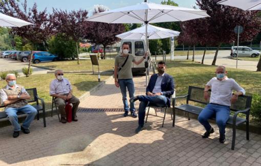 Blitz all'ospedale di Borgosesia: il Comune porta sedie e ombrelloni per le persone in coda