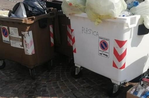 Rovescia tre bidoni dei rifiuti sulla strada, forze dell'ordine cercano il responsabile