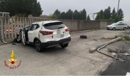 Scontro tra due auto e un mezzo pesante: una persona in ospedale