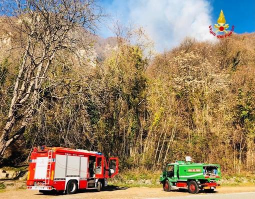 Incendio di sterpaglie a Civiasco, in azione Vigili del Fuoco e AIB