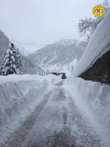Un metro di neve in Val Sermenza e Carcoforo isolato: beni distribuiti e soccorsa anche una donna