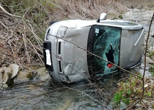 Perde il controllo dell'auto e finisce nel canale: giovane rimane illeso