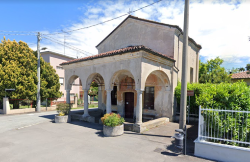 Incendiato l'altare e distrutti Madonna e crocifisso: vandali sacrileghi a Gattinara