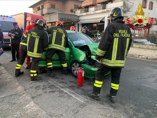 Gattinara, frontale tra due auto: entrambi i conducenti trasportati in ospedale