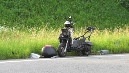 L'auto frena bruscamente e per evitarla un 17enne cade dalla moto. 7 giorni di prognosi per lui