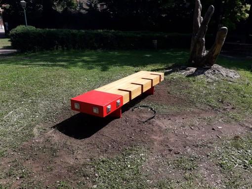 Borgosesia, al Parco Magni installata la panchina tecnologica