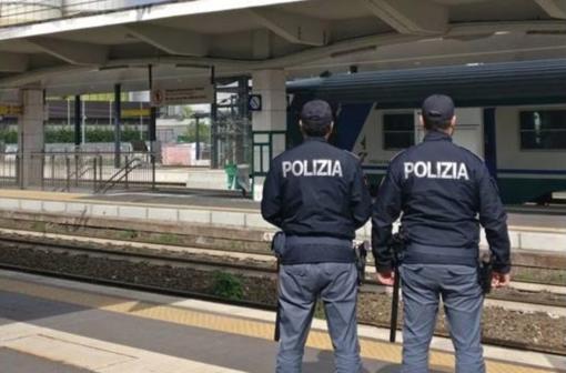 Smonta la ruota di una bici nel piazzale della stazione: 77enne nei guai per tentato furto
