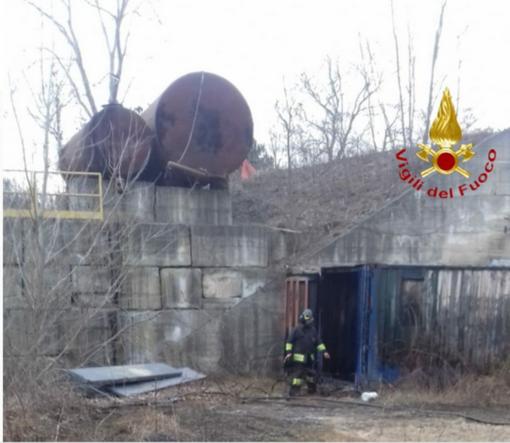 Incendio in un'area industriale dismessa