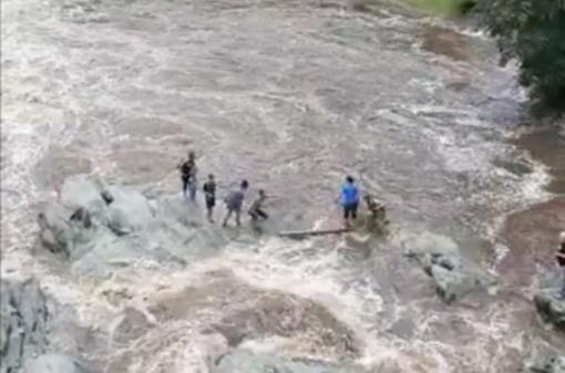 Famiglia in difficoltà in mezzo al torrente - VIDEO
