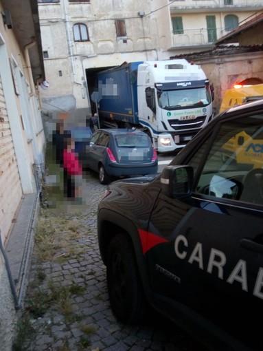Ingannato dal navigatore si incastra nel sottopasso di Castagnea a Portula